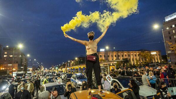 Участница протеста с фаерами в Варшаве - Sputnik Беларусь