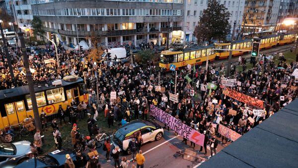 Демонстранты блокируют улицу во время акции протеста против постановления Конституционного суда Польши - Sputnik Беларусь