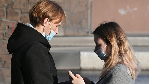Молодые люди в защитных масках на улице - Sputnik Беларусь