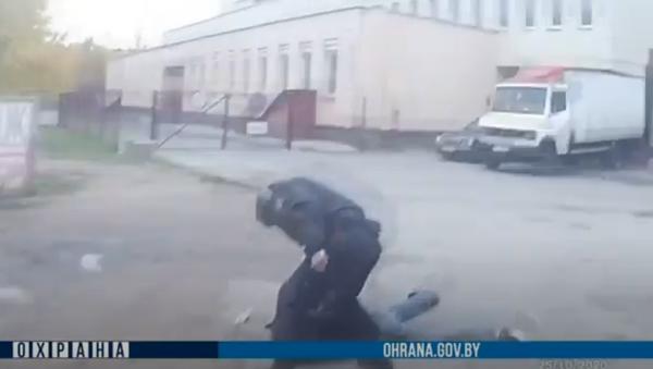 В Минске семье с ребенком угрожали пистолетом - видео - Sputnik Беларусь