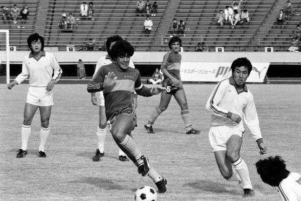 Диего Марадона в матче Бока Хуниорс против Японии, 1982 год. Он забил единственный гол, победив японцев со счетом 1: 0. С Бокой Марадона подписал один из самых финансово выгодных контрактов в аргентинском футболе — ему в год платили 15 зарплат по 60 тыс. долларов, а также 10 тыс. за каждый выставочный матч.  - Sputnik Беларусь