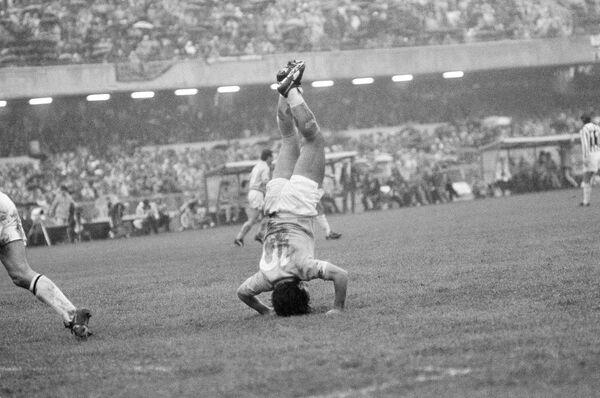 Марадона радуется победному голу в матче Наполи-Ювентус 11 марта 1985 года. Наполи выиграл 1: 0. В 1984 году Диего перешел трансфером из Барселоны в Наполи. В первый прилет Марадоны в Неаполь его встречала огромная толпа болельщиков. Фанаты клуба подняли Марадону на руки и так пронесли его до города.  - Sputnik Беларусь
