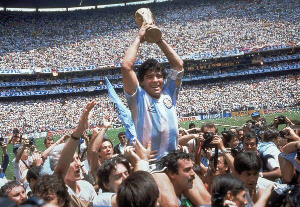 Диего Марадона празднует победу Аргентины в финале чемпионата мира по футболу на стадионе Ацека в Мехико.  - Sputnik Беларусь