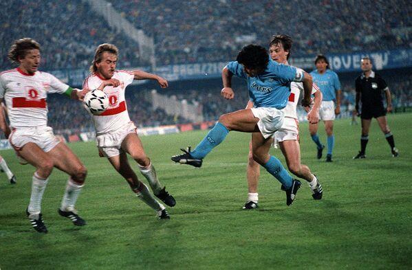 Диего Марадона в матче Наполи - Штутгарт в 1989 году. Наполи стал обладателем кубка УЕФА 1988/1989. - Sputnik Беларусь