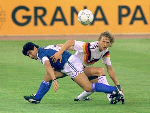 Диего Марадона и Гвидо Бухвальд 7 августа 1990 года. В финале чемпионата мира Аргентина проиграла команде ФРГ со счетом 0:1 после небесспорного пенальти, забитого немцами. Когда матч завершился, Марадона расплакался на поле. Послематчевое вознаграждение окончилось скандалом: Марадона отказался пожать руку президенту ФИФА, бразильцу Жоао Авеланжу, посчитав, что тот специально подстроил так, чтобы аргентинцы не выиграли. - Sputnik Беларусь