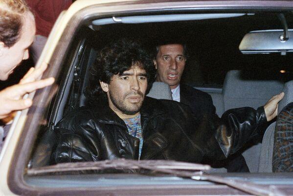 Спортивная карьера звезды завершилась слишком рано. Причиной этому стала наркотическая зависимость. Марадона был замешан в нескольких судебных разбирательствах, включая арест в апреле 1991 года за хранение кокаина. Он был отпущен под залог, однако спортивная карьера оказалась под угрозой. - Sputnik Беларусь