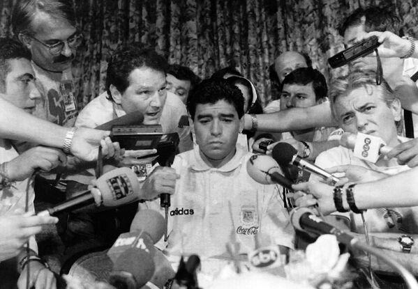 Диего Марадона среди журналистов в Далласе, Техас, в 1994 году. Летом этого года футболист стрелял из окон своего дома по журналистам из пневматики. За это он получил двухлетний условный срок. - Sputnik Беларусь