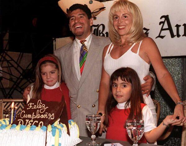 Марадона с супругой и двумя дочерьми празднует 35-летие в Буэнос-Айресе. С Клаудией Вильяфанья они прожили 25 лет. - Sputnik Беларусь