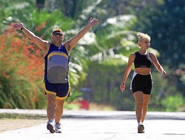 Диего Марадона с женой в саду отеля Las Praderas в Гаване, где Марадона проходит курс лечения от наркозависимости в 2000 году. - Sputnik Беларусь