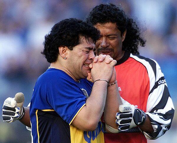 Колумбийский вратарь Рене Игуита утешает аргентинскую звезду футбола во время мероприятия в его честь на стадионе Ла Бомбонера футбольной команды Бока Хуниорс 10 ноября 2001 года в Буэнос-Айресе. - Sputnik Беларусь