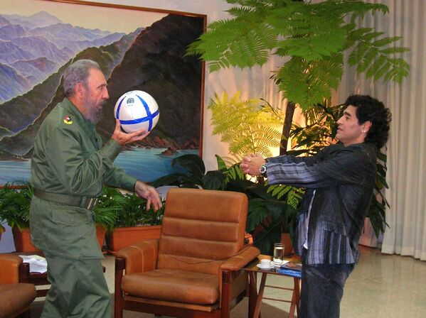 Президент Кубы Фидель Кастро играет в футбол с Диего Марадоной накануне 45-летия всемирно известного аргентинца. - Sputnik Беларусь