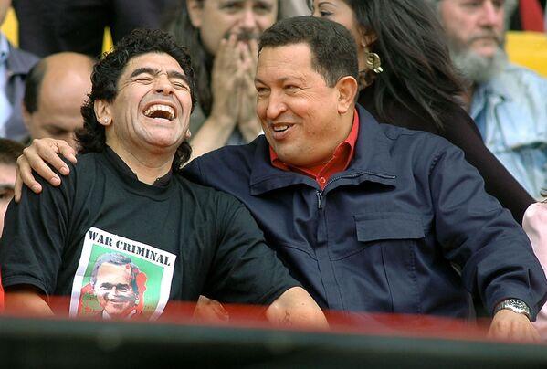 Президент Венесуэлы Уго Чавес и Диего Марадона 4 ноября 2005 года. Марадона был чавистом — сторонником идей покойного венесуэльского президента. Он сделал себе татуировки с портретами Уго Чавеса, а также с изображениями кубинского революционера Эрнесто Че Гевары и лидера Кубы Фиделя Кастро. - Sputnik Беларусь