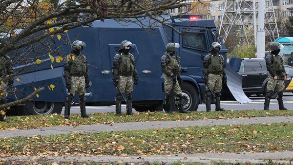 Сотрудники милиции в Минске во время акции протеста - Sputnik Беларусь