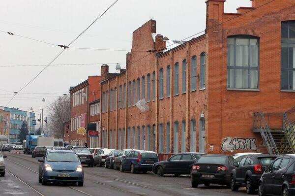Напрыканцы 1980-х гарбарны завод пераехаў у Гатава на новую прамысловую пляцоўку. А будынак на Кастрычніцкай стаў здымацца у кіно, а пазней засяляцца офісамі і кафэ. - Sputnik Беларусь