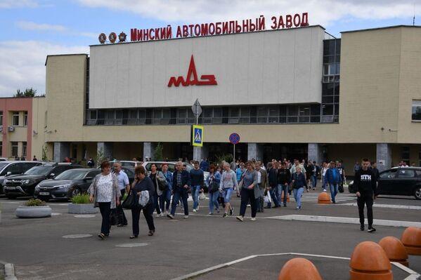 Мінскі аўтамабільны завод быў заснаваны 9 жніўня 1944 года, аднак менавіта 7 лістапада 1944 года з канвеера сышла першая прадукцыя - мінскі Studebacker, сабраны з пастаўленых па ленд-лізу дэталяў. - Sputnik Беларусь