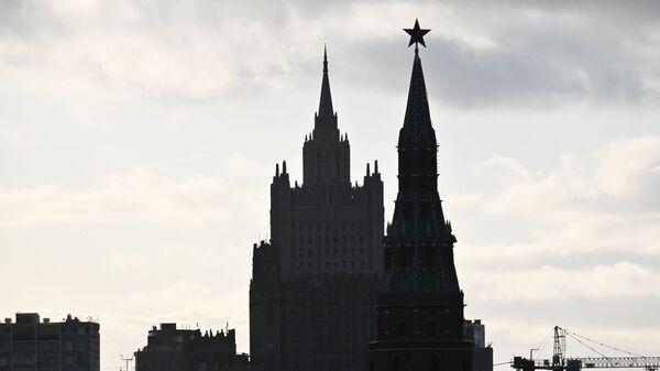 Здание Министерства иностранных дел РФ и Водовзводная башня Московского Кремля - Sputnik Беларусь