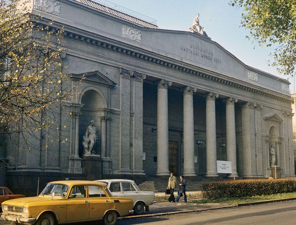 5 лістапада 1957 года прадстаўленнем новай экспазыцыі і Усебеларускай выстаўкі ўрачыста адкрыўся Дзяржаўны мастацкі музей БССР (так стала звацца былая Мастацкая галерэя, яна размяшчалася на Кірава, 29). Гэта было строгае і манументальнае рашэнне з масіўным фасадам, упрыгожаным скульптурнымі рэльефамі і алегорыямі Жывапісу (аўтар П. Белавусаў) і Скульптуры (аўтар С. Адашкевіч). Франтон вянчае скульптура А. Бембеля Слава. - Sputnik Беларусь