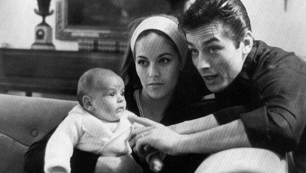 Двухмесячный Энтони Делон вместе со своими родителями, звездой европейского кино Аленом Делоном и матерью Натали - Sputnik Беларусь
