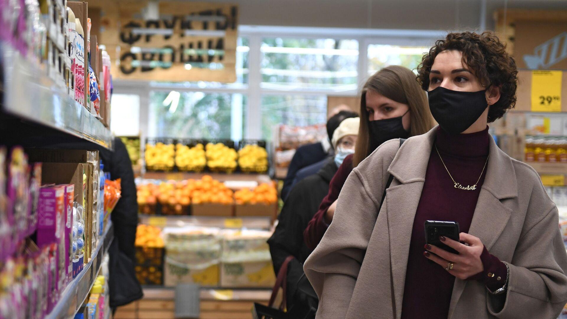Женщины в защитной маске выбирают продукты - Sputnik Беларусь, 1920, 14.10.2021