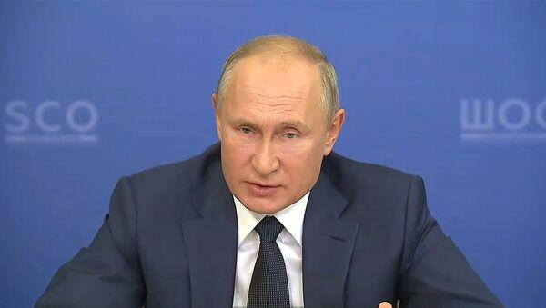 Путин анонсировал регистрацию третьей вакцины от COVID-19 - видео - Sputnik Беларусь