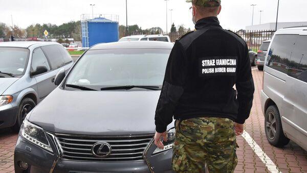 Польский пограничник с конфискованным авто - Sputnik Беларусь