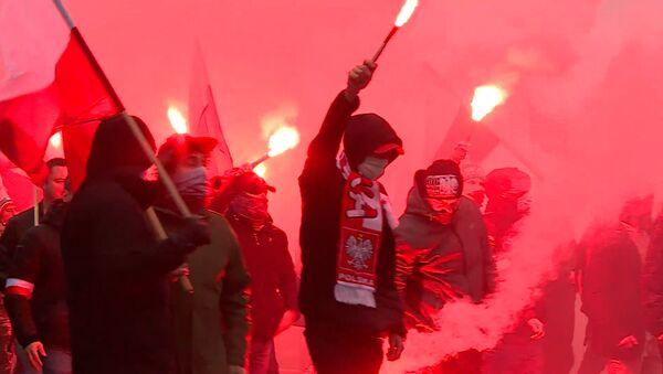Чырвоныя фаеры і сутыкненні з паліцыяй: Дзень незалежнасці Польшчы - відэа - Sputnik Беларусь