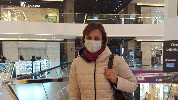 Посетительница торгового центра в защитной маске - Sputnik Беларусь