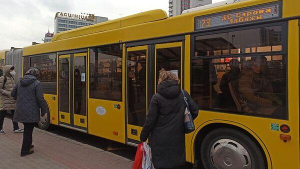 Автобус на остановке - Sputnik Беларусь