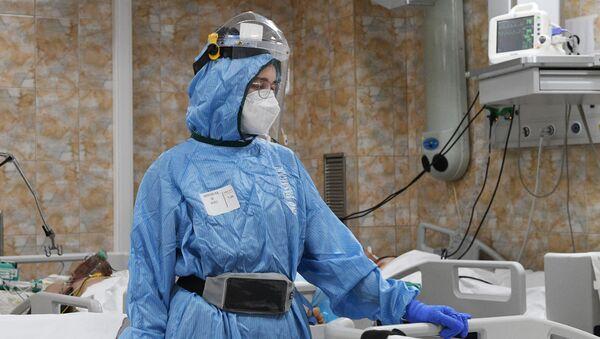 Медыцынскі работнік у аддзяленні інтэнсіўнай тэрапіі кавіда-шпіталя - Sputnik Беларусь