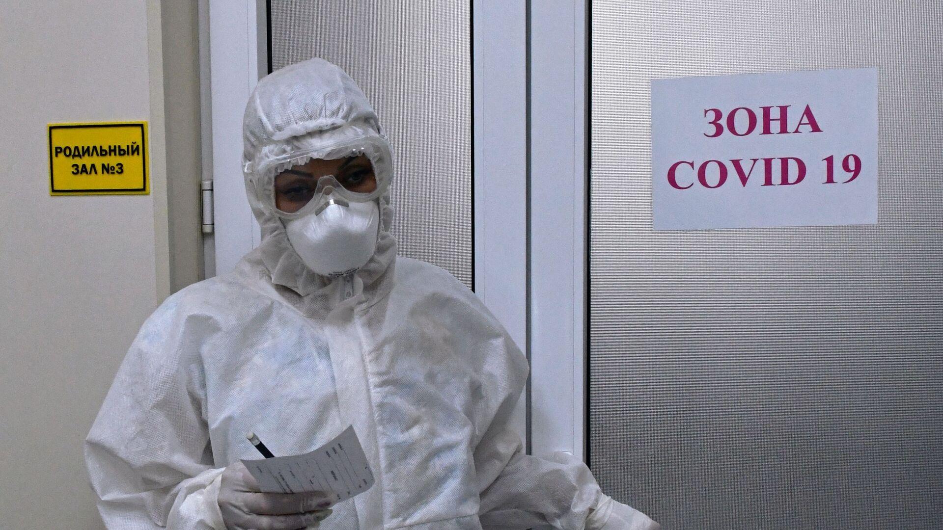 Медицинский работник в акушерском отделении для беременных с коронавирусом - Sputnik Беларусь, 1920, 13.04.2021