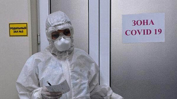 Медыцынскі работнік у акушэрскім аддзяленні для цяжарных з каронавірусам - Sputnik Беларусь