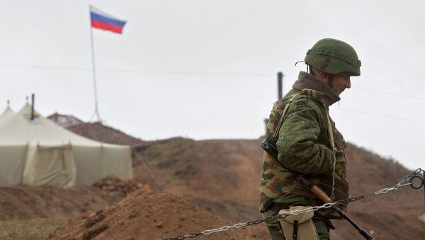 Военнослужащий на КПП у входа на базу российских миротворцев в Нагорном Карабахе - Sputnik Беларусь