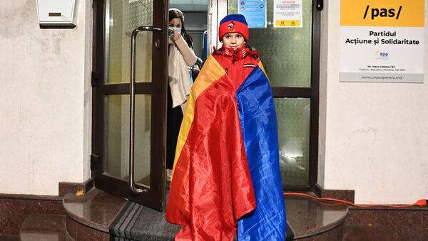 Мальчик во флаге Молдовы возле офиса партии Действие и солидарность - Sputnik Беларусь