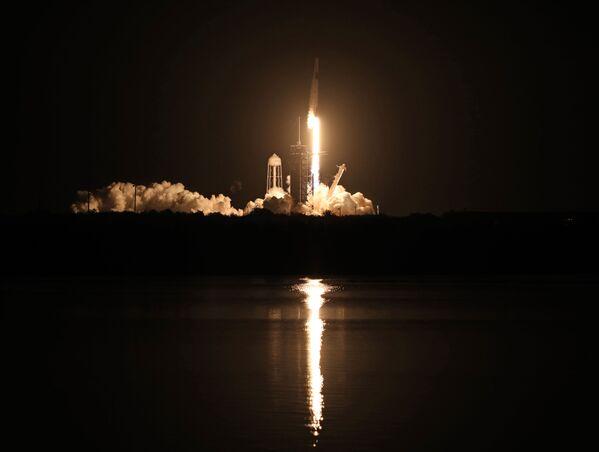 Ракета SpaceX Falcon 9 с кораблем Crew Dragon стартует в Космическом центре Кеннеди во Флориде  - Sputnik Беларусь
