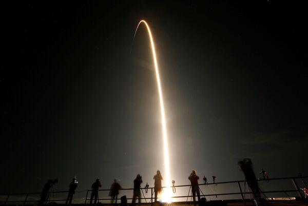 Люди наблюдают за стартом ракеты SpaceX Falcon 9 - Sputnik Беларусь