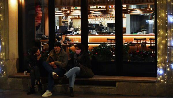 Люди возле закрытого ресторана на одной из улиц - Sputnik Беларусь