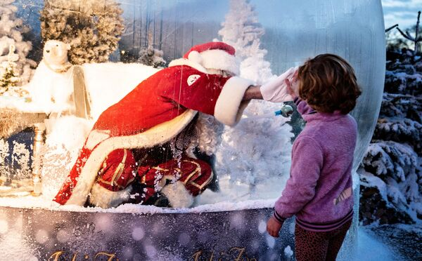 Санта-Клаус поздравляет детей с Рождеством через оргстекло - Sputnik Беларусь