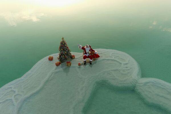 Санта-Клаус поздравляет с Рождеством посреди Мертвого моря - Sputnik Беларусь