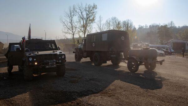 Военная техника российский миротворческих сил на участке дороги Лачинского коридора - Sputnik Беларусь