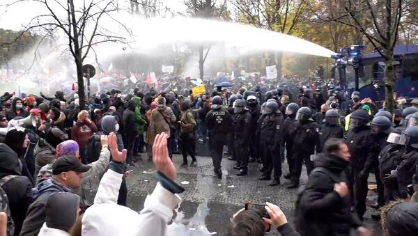 Водометы и потасовки: протесты COVID-отрицателей в Берлине – видео - Sputnik Беларусь