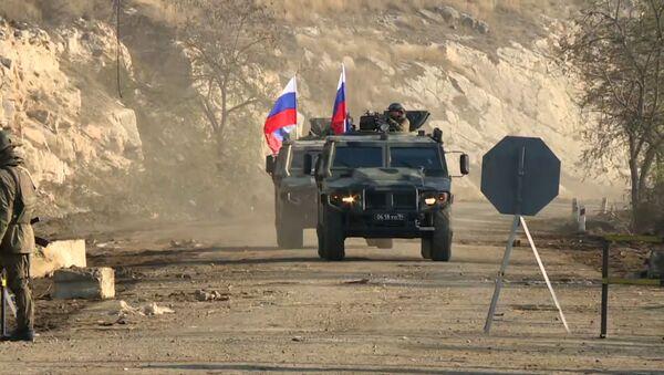 Российские миротворцы разминируют участки дорог в Карабахе - видео - Sputnik Беларусь