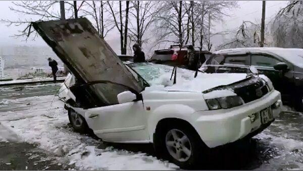 Видеофакт: плита упала с крыши 9-этажки – машина вдребезги - Sputnik Беларусь
