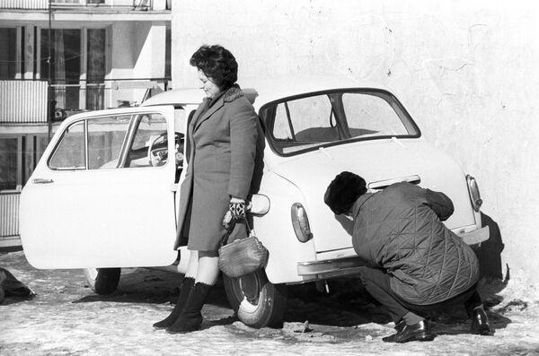 Будни московской семьи. После деноминации 1961 года малыш на колесах стал стоить 1800 рублей, что эквивалентно 18 зарплатам советского инженера. - Sputnik Беларусь
