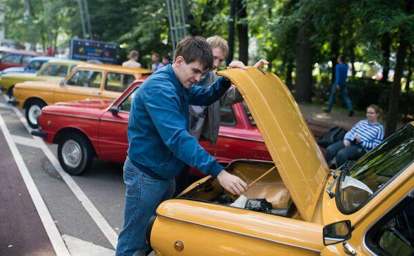 А вот один из многочисленных советских анекдотов: А вы знаете, почему у Запорожца багажник спереди? — Потому что на такой скорости за вещичками надо присматривать! - Sputnik Беларусь
