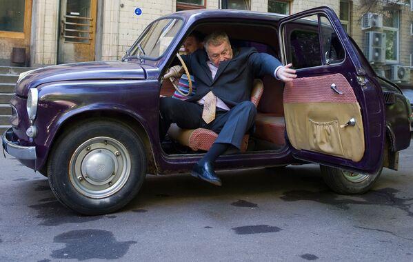 Лидер ЛДПР Владимир Жириновский на своем горбатом Запорожце возле студии на Шаболовке, где проходили съемки передачи, посвященной 50-летию автомобиля Запорожец ЗАЗ 965. - Sputnik Беларусь