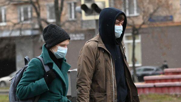 Молодые люди в защитных масках  - Sputnik Беларусь