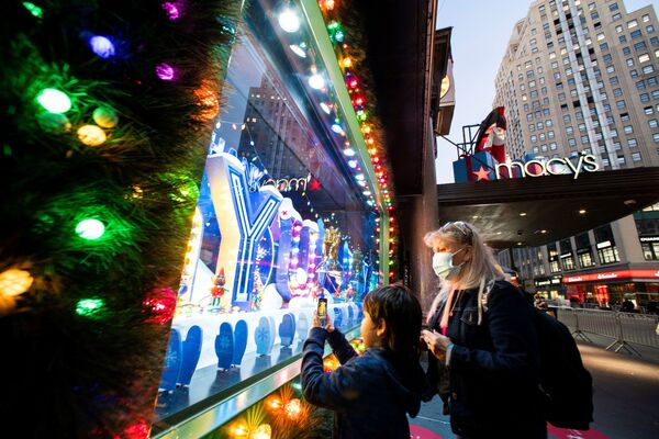 Людзі фатаграфуюць калядную вітрыну ў краме Macy's Herald Square ў Нью-Ёрку - Sputnik Беларусь