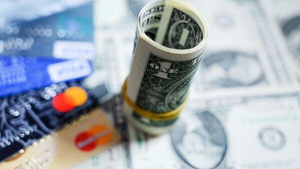 Денежные купюры США и банковские карты международных платежных систем VISA - Sputnik Беларусь