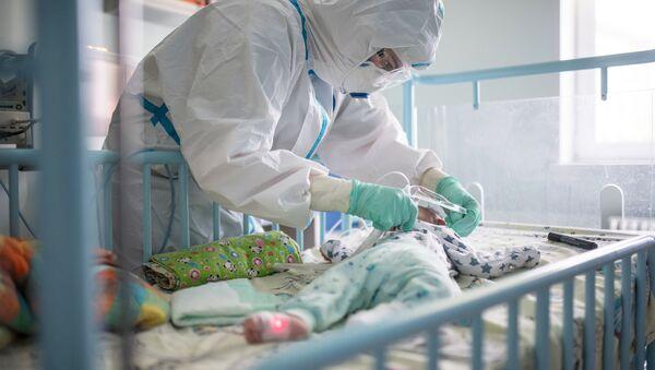 Врач и пациент медучреждения, где проходят лечение дети с коронавирусной инфекцией - Sputnik Беларусь