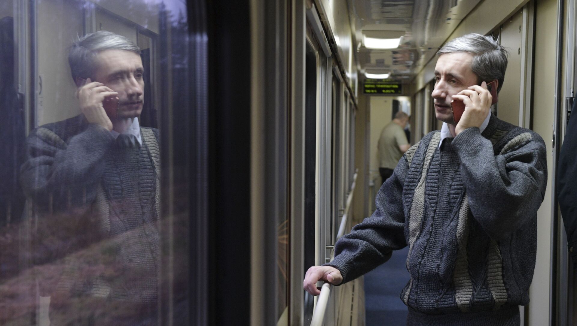 Пассажир разговаривает по телефону в поезде - Sputnik Беларусь, 1920, 03.02.2021